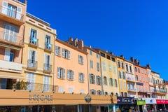 在圣特罗佩,法国港口的大厦  免版税图库摄影