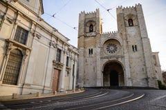 在圣玛丽亚大教堂前面的一条著名电车轨道在里斯本, Po 免版税库存图片