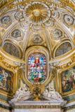 在圣玛丽亚小山谷`生命教会的彩色玻璃的三位一体,在罗马,意大利 库存照片