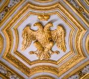 在圣玛丽亚小山谷`生命教会里加倍哈里斯堡帝国的朝向的老鹰象征,在罗马,意大利 免版税图库摄影