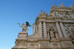 在圣玛丽亚del Giglio教会门面的天使  免版税库存图片