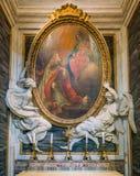 在圣玛丽亚Maggiore大教堂的天使雕象支持的绘画在罗马,意大利 免版税库存图片