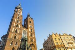 在圣玛丽的哥特式教会的看法 克拉科夫的历史中心有古老建筑学的 库存照片
