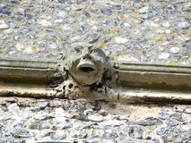 在圣玛丽的教会顶部,老阿默舍姆,白金汉郡,英国塔的面貌古怪的人  库存照片