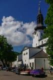 在圣玛丽` s大教堂前面的减速火箭的汽车覆以圆顶Toom的教会 免版税库存图片