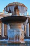在圣皮特圣徒・彼得冰报道的` s正方形的喷泉 一个真正地罕见的事件在罗马 背景大教堂bernini城市喷泉彼得・罗马s方形st梵蒂冈 意大利 免版税库存图片