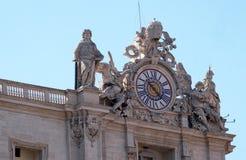 在圣皮特圣徒・彼得罗马教皇的大教堂的巨型时钟在梵蒂冈 库存图片