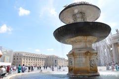 在圣皮特圣徒・彼得` s大教堂前面的喷泉在梵蒂冈 免版税库存照片