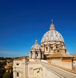 在圣皮特圣徒・彼得` s大教堂圆屋顶的特写镜头在罗马在意大利 免版税库存照片
