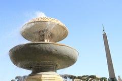 在圣皮特圣徒・彼得` s正方形的喷泉 库存照片