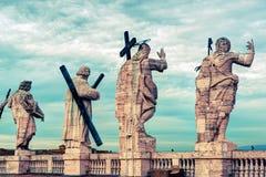 在圣皮特圣徒・彼得大教堂的屋顶的雕象在罗马 免版税库存图片