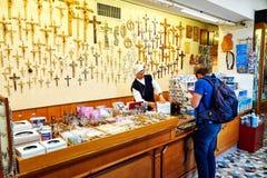在圣皮特圣徒・彼得大教堂的礼品店在梵蒂冈 免版税库存图片
