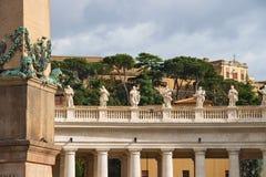 在圣皮特圣徒・彼得的大教堂柱廊的雕象  背景大教堂bernini城市喷泉彼得・罗马s方形st梵蒂冈 库存图片