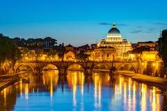 在圣皮特圣徒・彼得的大教堂的夜视图在罗马 图库摄影