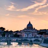 在圣皮特圣徒・彼得的大教堂的夜视图在罗马 免版税库存图片