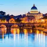 在圣皮特圣徒・彼得的大教堂的夜视图在罗马 免版税库存照片