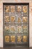 在圣皮特圣徒・彼得的大教堂的著名圣洁门在梵蒂冈 罗马 免版税库存图片