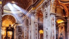 在圣皮特圣徒・彼得的大教堂里面在罗马 库存照片