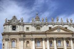 在圣皮特圣徒・彼得的广场的圣伯多禄的大教堂 库存图片