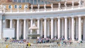 在圣皮特圣徒・彼得的方形的timelapse的喷泉在梵蒂冈 广场圣彼得罗和大教堂 股票视频