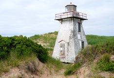 在圣皮特圣徒・彼得的港口附近的被放弃的灯塔爱德华王子岛的,加拿大 库存照片
