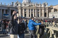 在圣皮特圣徒・彼得` s正方形的教皇uudience在梵蒂冈 库存照片