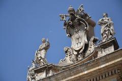 在圣皮特的大教堂的梵蒂冈符号 库存图片