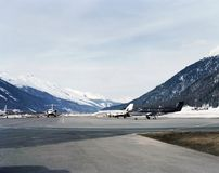 在圣盛生瑞士积雪的风景的私人喷气式飞机  图库摄影
