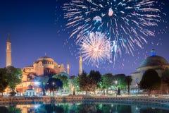 在圣索非亚大教堂上的美丽的烟花在伊斯坦布尔 免版税库存照片
