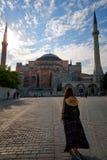 在圣索非亚大教堂清真寺地标土耳其伊斯坦布尔附近的旅游妇女 免版税库存图片