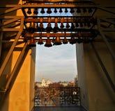 在圣索非亚大教堂钟楼的响铃在基辅和一个看法从上面在Mikhailovsky金黄半球形的修道院 免版税库存图片