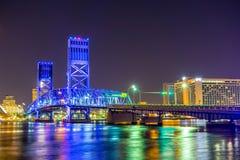 在圣约翰的河和杰克逊维尔佛罗里达地平线的晚上 图库摄影
