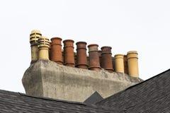 在圣约翰的行格住宅屋顶的多个烟囱 库存照片