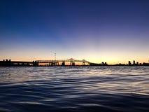 在圣约翰& x27的日落; 俯视马修桥梁的s河 免版税库存照片