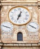 在圣约翰` s共同主教的座位响铃和钟楼的时钟  免版税图库摄影