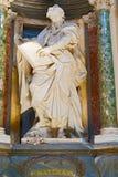 在圣约翰Lateran大教堂的雕塑在罗马,意大利 免版税库存照片