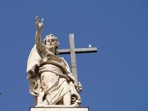 在圣约翰Lateran Archbasilica屋顶的雕象  免版税库存图片