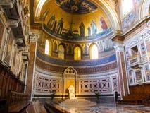 在圣约翰Lateran Archbasilica的罗马教皇的主教的座位在罗马 库存图片