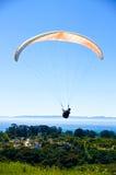 在圣芭卜拉之上的滑翔伞 免版税图库摄影