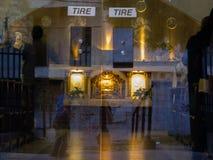 在圣荷西Obrero教会通过玻璃门 库存照片