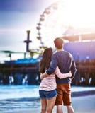 在圣莫尼卡码头的浪漫夫妇 免版税库存图片
