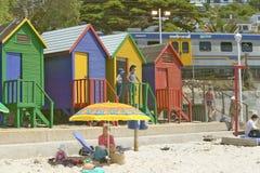 在圣詹姆斯,在印度洋的错误海湾的明亮的蜡笔色海滩小屋,在开普敦外面,南非 库存照片