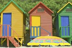 在圣詹姆斯,在印度洋的错误海湾的明亮的蜡笔色海滩小屋,在开普敦外面,南非 免版税库存图片