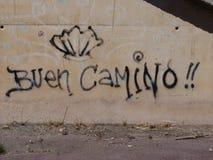 在圣詹姆斯` Jakobsweg `或` Camino圣地亚哥`途中的Roadsign向孔波斯特拉的圣地牙哥 库存照片