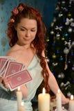 在圣诞前夕的以纸牌占卜 免版税库存图片