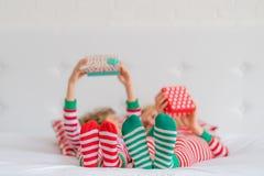在圣诞前夕的愉快的家庭 免版税图库摄影