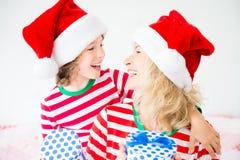在圣诞前夕的愉快的家庭 免版税库存图片