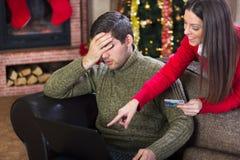 在圣诞前夕,夫妇的充分的费用在圣诞夜 免版税库存照片