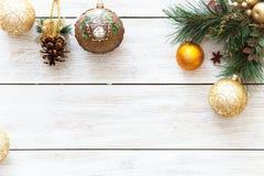 在圣诞快乐树,新年好在白色木背景,顶视图,拷贝空间的卡片装饰的Xmas球 库存图片