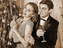 在圣诞晚会的夫妇 黑白减速火箭 免版税库存图片